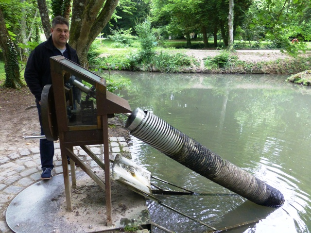 John tries to explain the Archimedes Screw to Jen