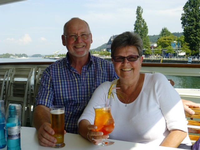 Bob & Jozina enjoy drinks on board