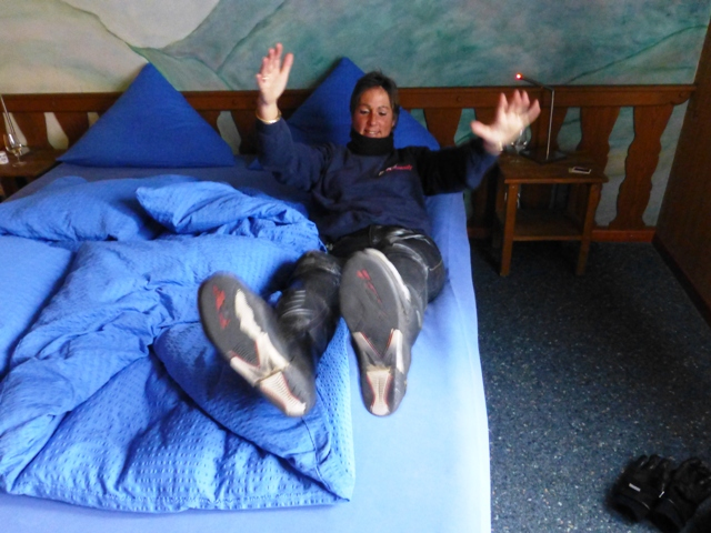 Jen tries out Tim & Karen's water bed!!!!
