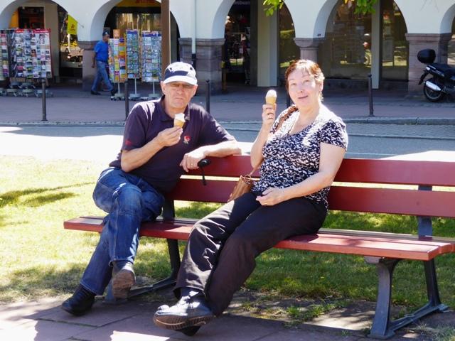 John & Sandra enjoy ice-creams