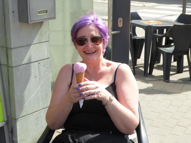 Rachel enjoys a colour-co-ordinated ice-cream